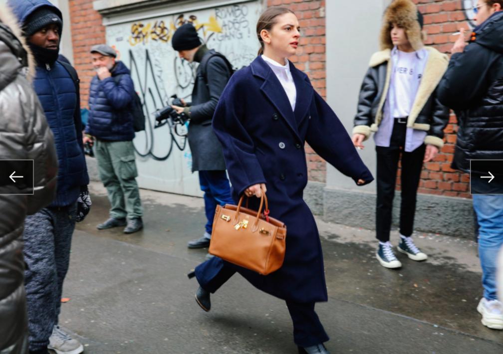 Một tín đồ thời trang mang trên tay chiếc túi Hermès trứ danh
