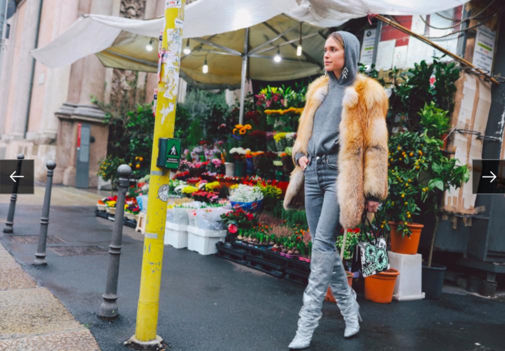 Pernille Teisbaek trong áo hoodie Acne Studios cùng túi xách Prada và boots Off-White x Jimmy Choo