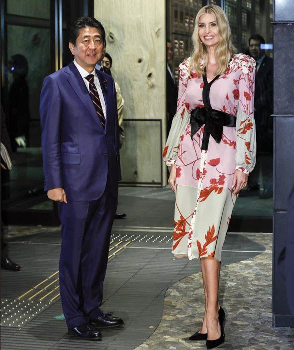 Nổi tiếng là người phụ nữ thông minh và tinh tế; Ivanka Trump luôn biết cách ăn mặc phù hợp mỗi khi đến sự kiện quan trọng. Tại cuộc gặp gỡ với Thủ tướng Nhật Bản Shinzo Abe; cô diện đầm in hoa với thắt lưng bản rộng mang hơi hướm kimono truyền thống.