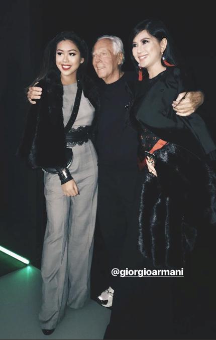 Thảo Tiên và nữ doanh nhân Thuỷ Tiên chụp ảnh lưu niệm cùng nhà thiết kế Giorgio Armani.