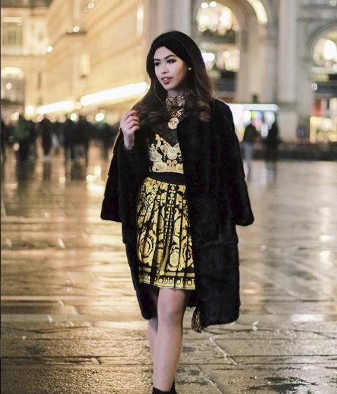 Thảo Tiên diện nguyên set đồ mang hoạ tiết baroque đặc trưng của Versace. Đây cũng là thương hiệu mà cô yêu thích nhất; khi hoà lẫn phong cách hoàng gia và vẻ sexy hiện đại.