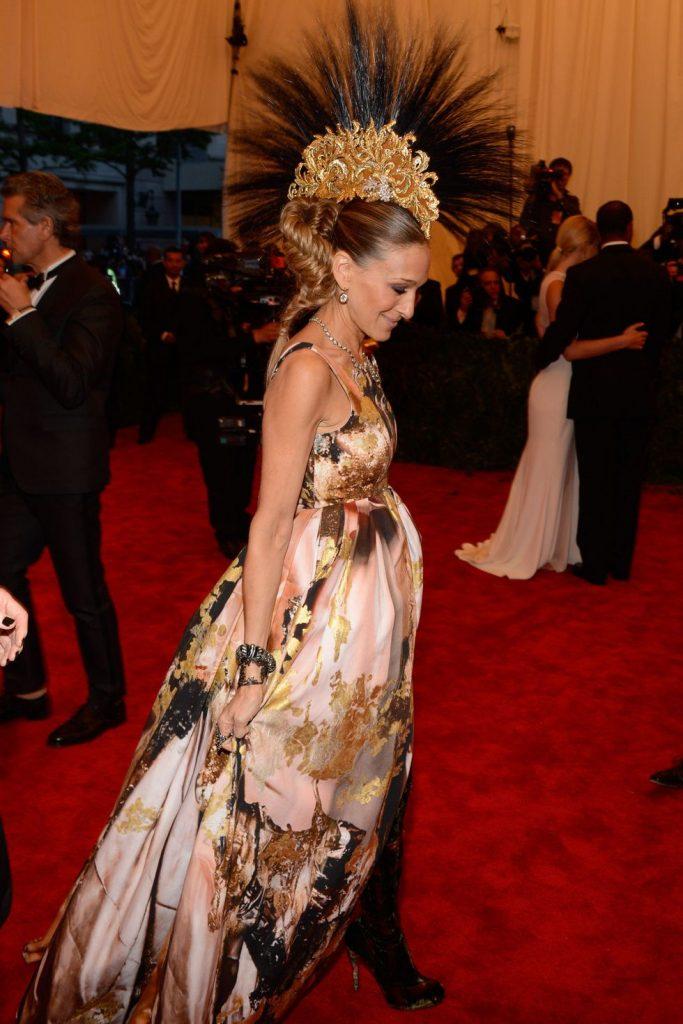 """Là người bạn thân của NTK quá cố Alexander Mcqueen; Sarah Jessica Paker đã chọn thiết kế đầm dạ hội của người bạn kết hợp cùng chiếc nón độc đáo để xuất hiện tại MET Gala 2013 """"Punk: Chaos to Couture"""""""