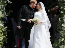 Chú rể Harry lịch lãm trong thiết kế lễ phục với gam màu đen cùng những chi tiết trang trí độc đáo