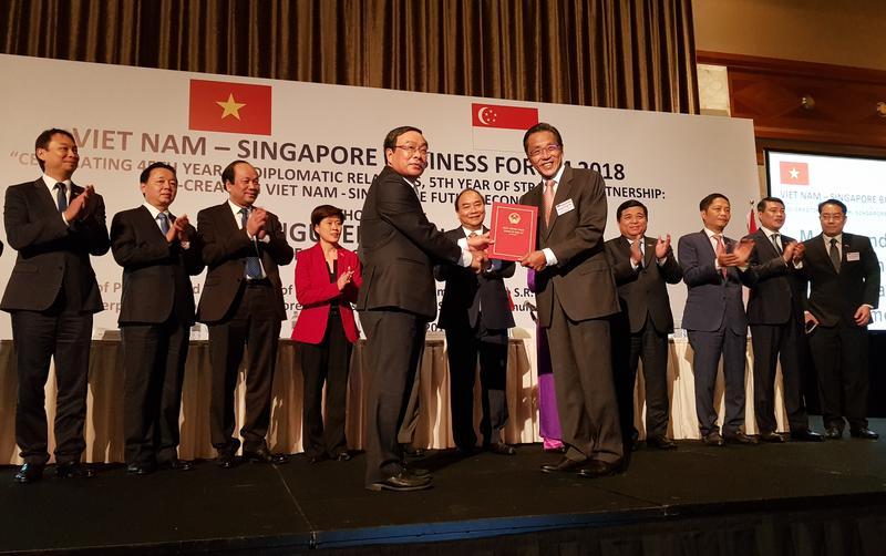 Ông Ho Kwon Ping nhận giấy phép kinh doanh casino.