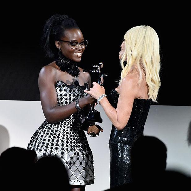 Giải thưởng quốc tế được Lupina Nyong'o trao tận tay Donatella Versace.