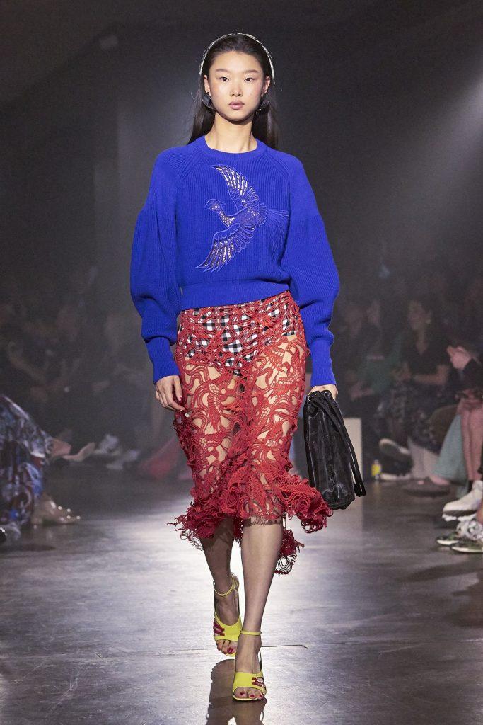 """Thiết kế tinh tế của chiếc váy """"ren phượng hoàng"""" được giới chuyên môn đánh giá rất cao"""