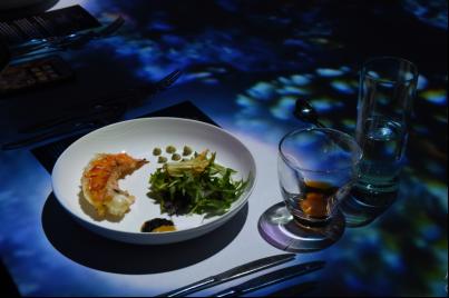 Món khai vị thứ hai đầy bất ngờ cho thực khách khi là sự kết hợp ngọt ngào giữa tôm hùm xanh và rau húng quế Việt Nam