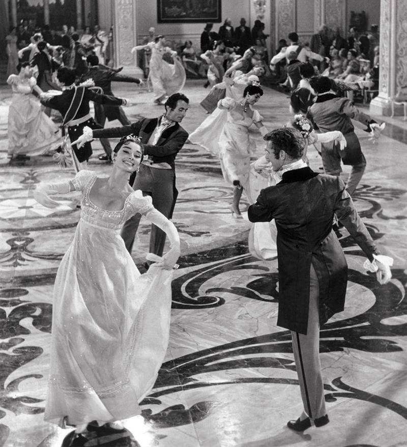 Audrey Hepburn diện bộ váy do Fernanda Gattinoni thiết kế trong phim Chiến tranh & hòa bình (1956)