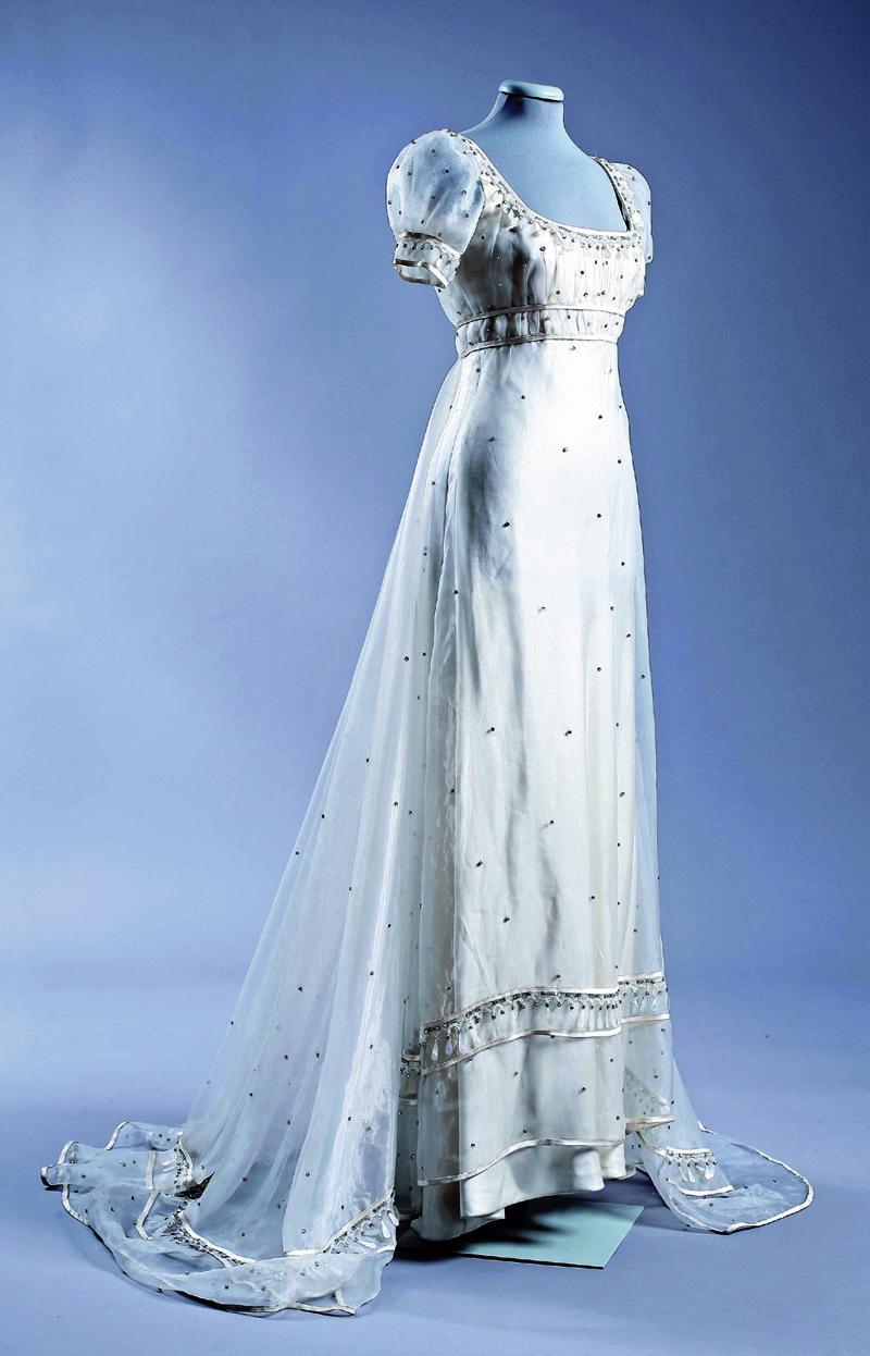 Cận cảnh bộ váy với đường chân ngực empire line nổi tiếng