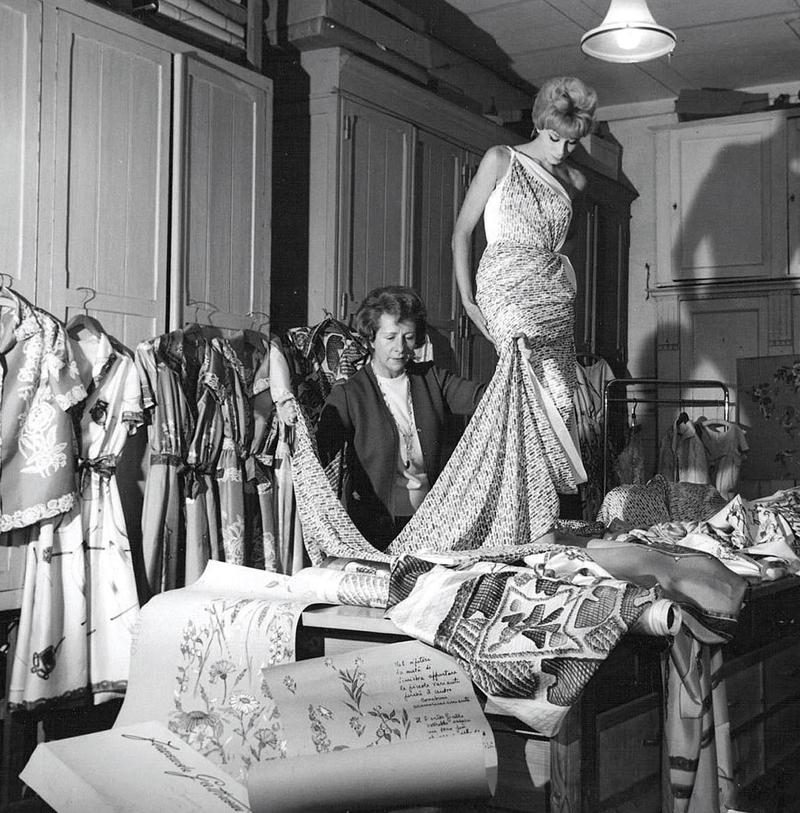 Fernanda Gattinoni tại xưởng may. Ảnh chụp năm 1958