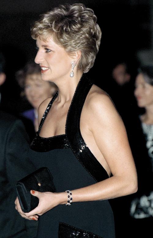 Công nương Diana cũng là khách hàng thân thuộc của nhà mốt
