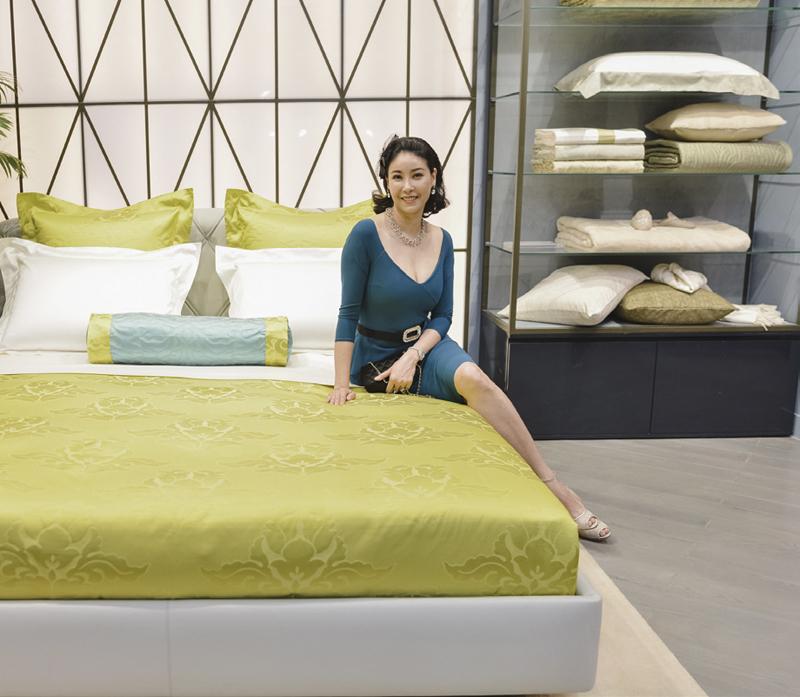 Hoa hậu Hà Kiều Anh được tận mắt chiêm ngưỡng bộ sưu tập Allure of Brocade