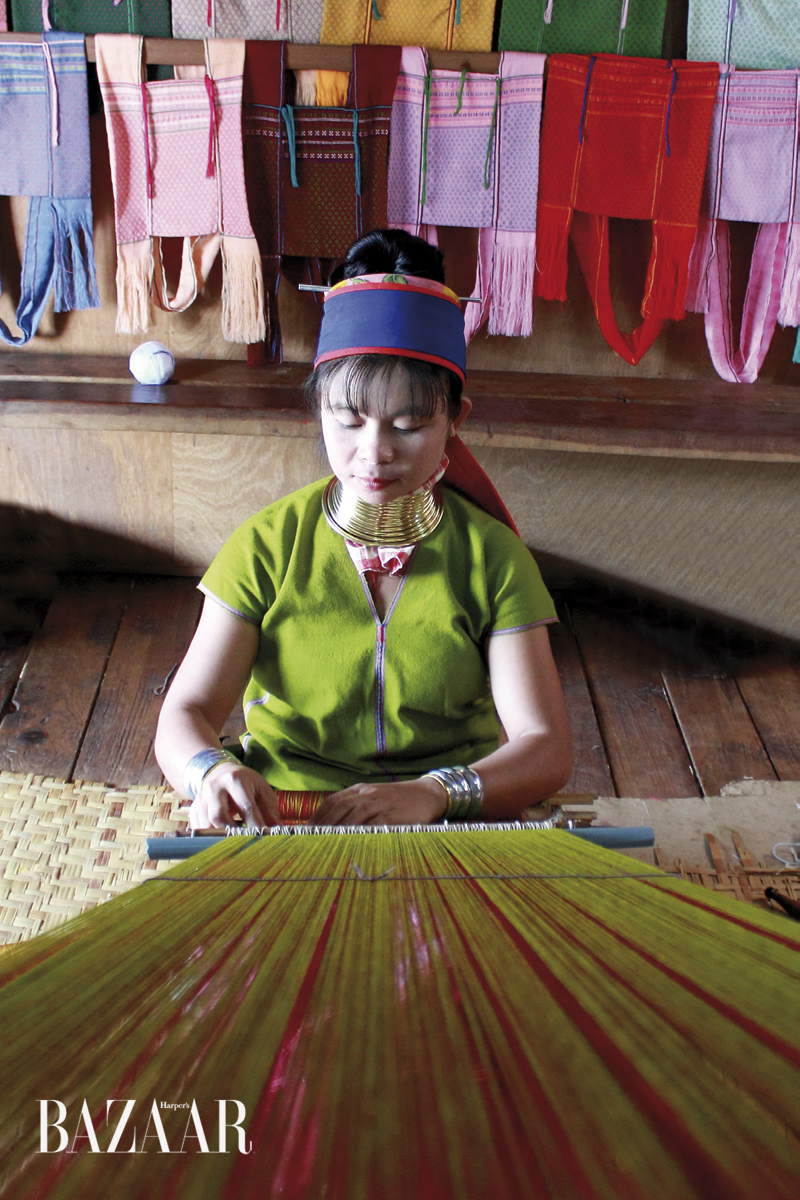 Người phụ nữ tộc Kayan ngồi dệt vải. Những chiếc vòng kéo dài cổ là đặc trưng của tộc người thiểu số này. Nhưng thực ra hồ Inle không phải lãnh địa của họ. Họ đến đây sinh sống là vì... du khách