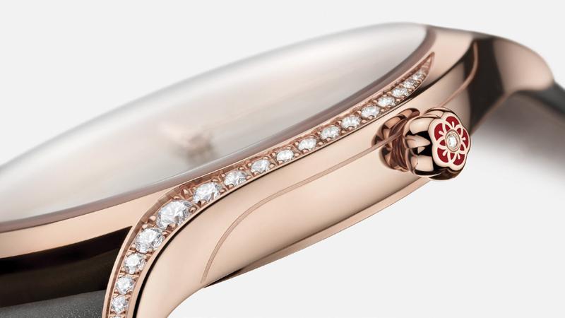 Đường viền kim cương sắc sảo ở hai cạnh vỏ đồng hồ đòi hỏi tay nghề chế tác thượng thừa và đôi mắt tinh xảo đến từng chi tiết