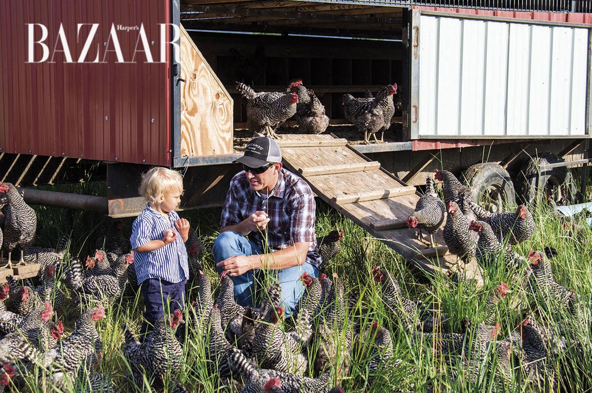 James Rickert nói chuyện với cậu bé Theo hai tuổi, con trai của Anya. Theo giữ khư khư mấy cái trứng vừa thu hoạch được ở trại gà
