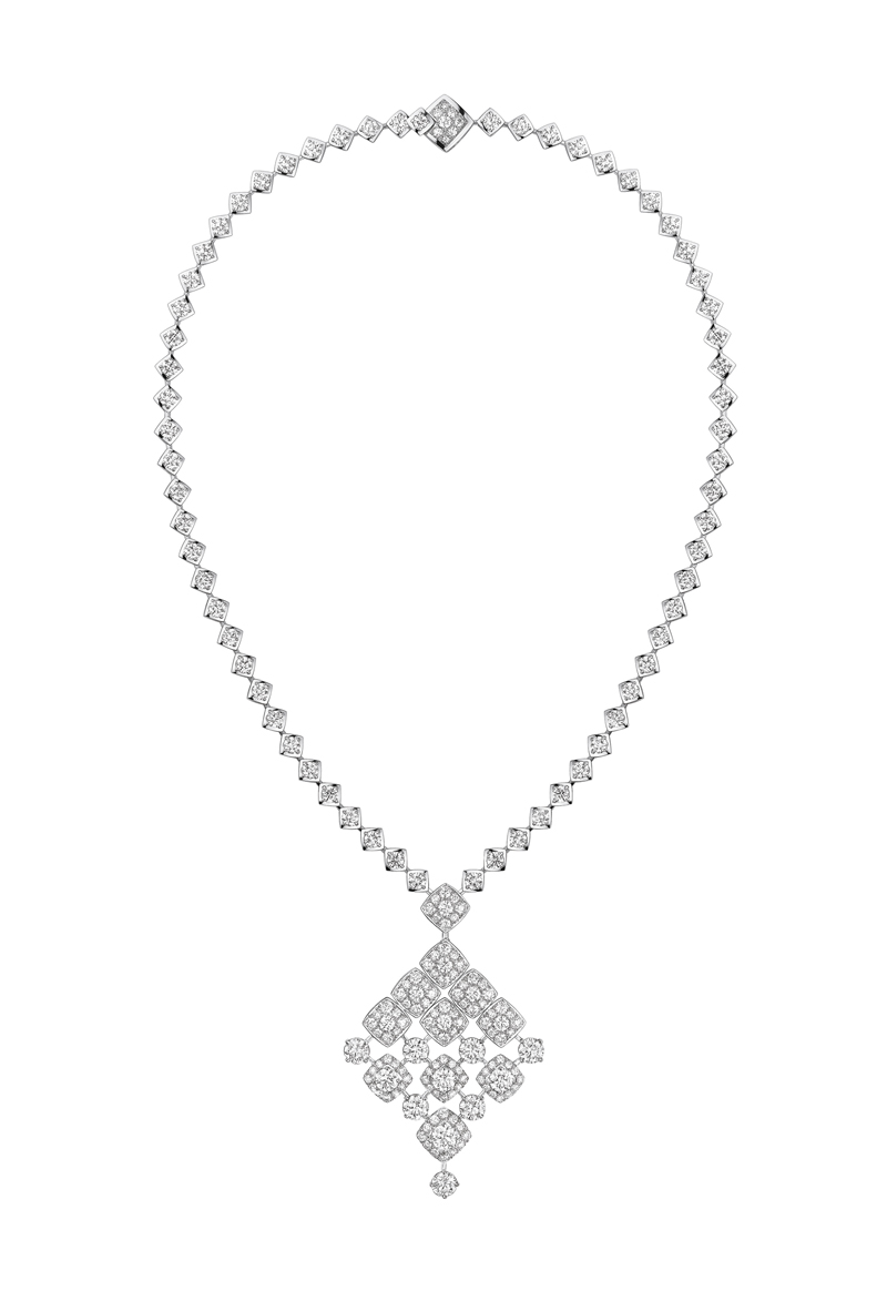 signature de chanel collier signature dangling fond blanc