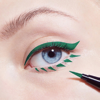 Cho các cô nàng thích sự phá cách, hãy dùng đầu bút eyeliner để tạo đường nét giống sợi mi cho viền mắt như trên hình. Vì đôi mắt đã có điểm nhấn nên bạn chỉ cần dùng chì kẻ lông mày màu nhạt hơn để cân bằng cho cả gương mặt.