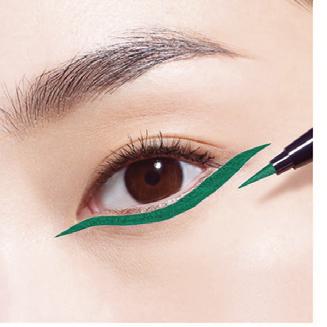 Còn các quý cô có đôi mắt 1 mí hoặc mí lót, bạn có thể bỏ qua bước kẻ eyeliner cho viền mắt trên. Thay vào đó, hãy tạo 1 đường eyeliner theo sát mi mắt dưới. Kéo dài từ khóe mắt đến đuôi mắt để giúp đôi mắt trở nên to tròn và kiêu kỳ hơn.