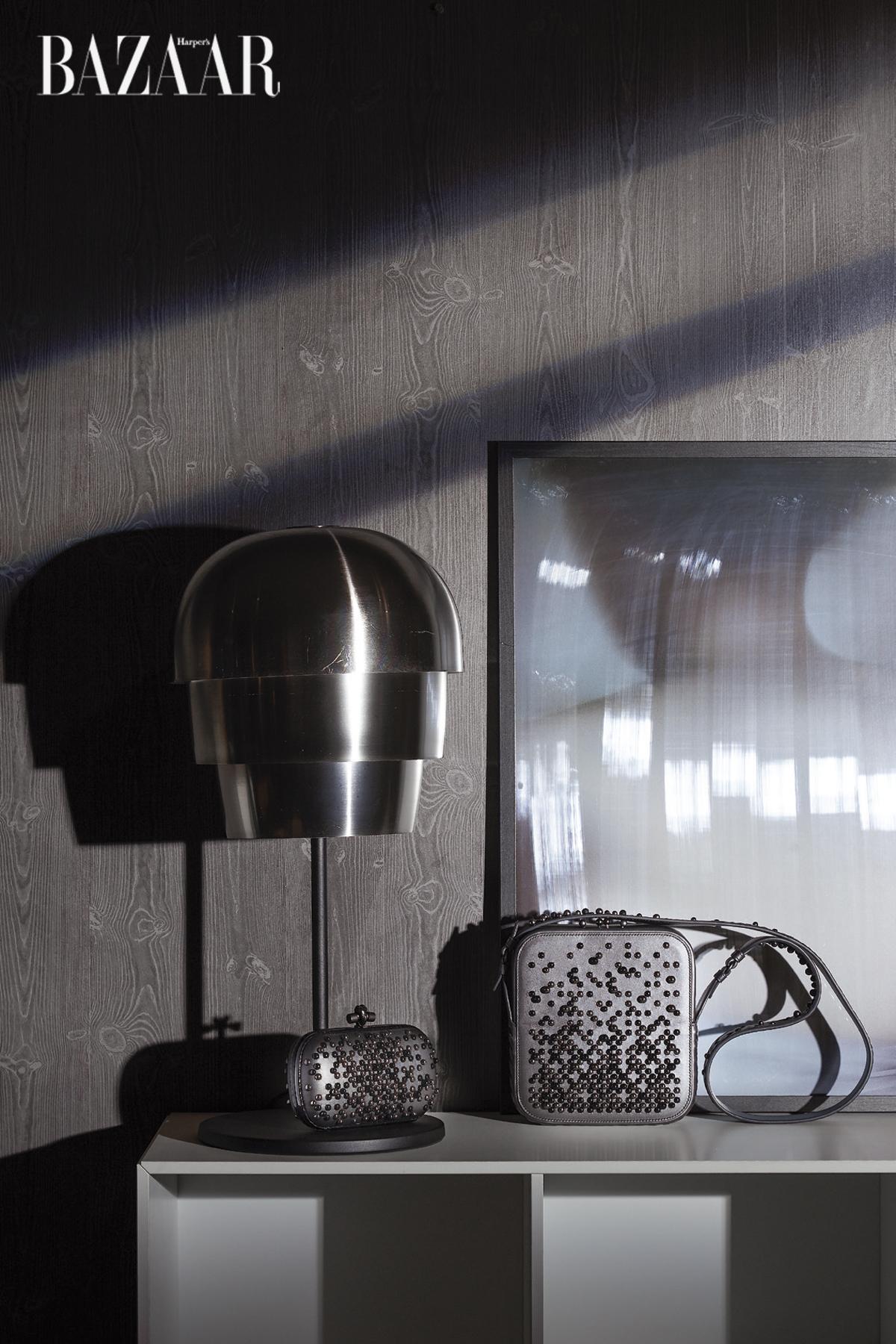 Clutch và túi xách đeo chéo kết hạt tròn, Bottega Veneta