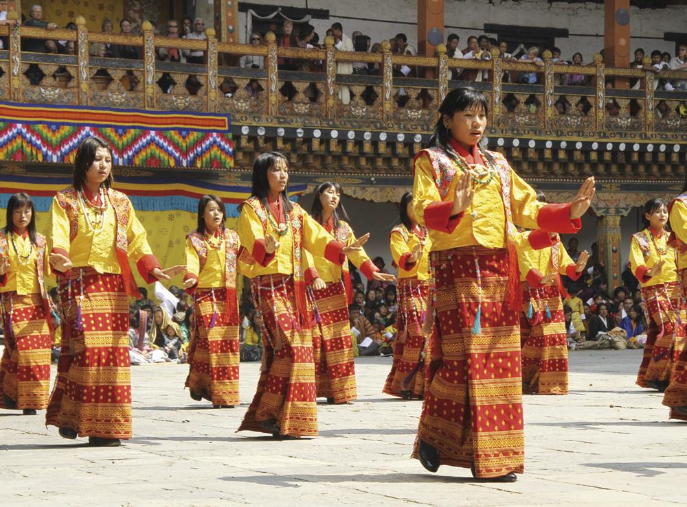 Các cô gái Bhutan biểu diễn tại lễ hội truyền thống