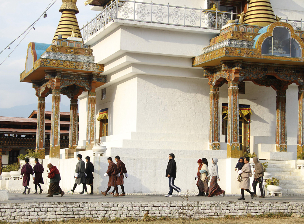 Người dân đi cầu nguyện vào buổi chiều ở thủ đô Thimphu