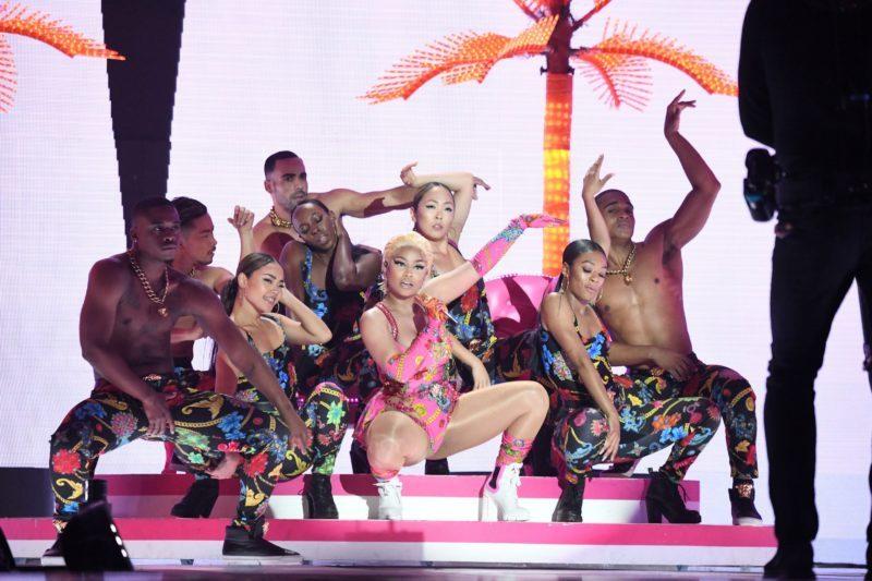 ca sy Nicki Minaj trang phuc versace