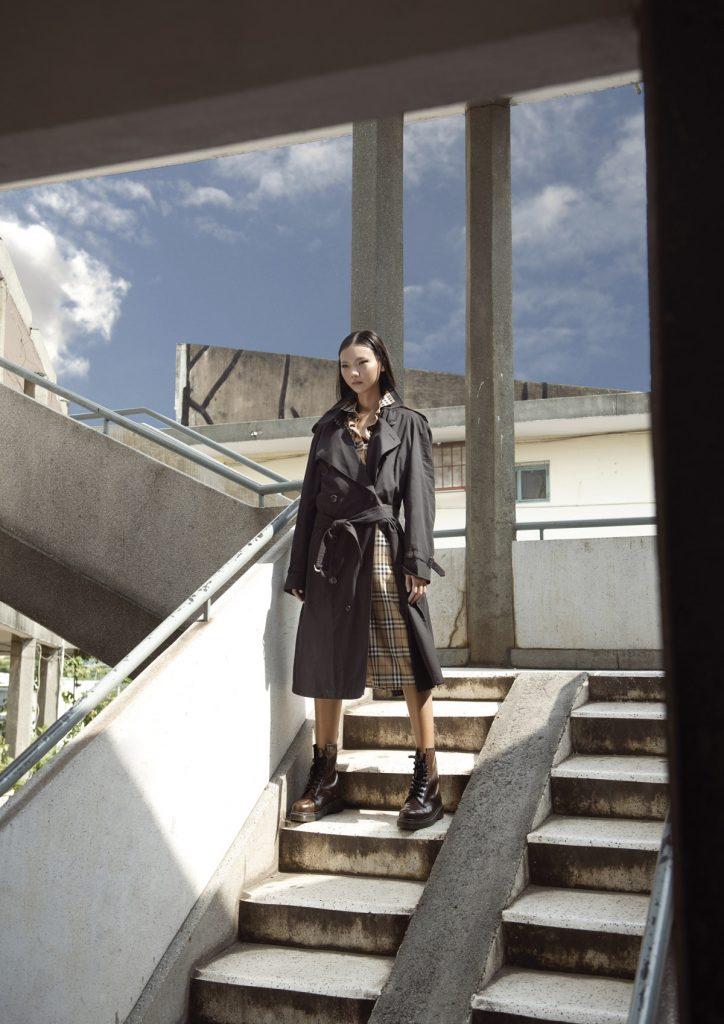 Đầm ngắn sơ mi phối layer, áo khoác trench Burberry