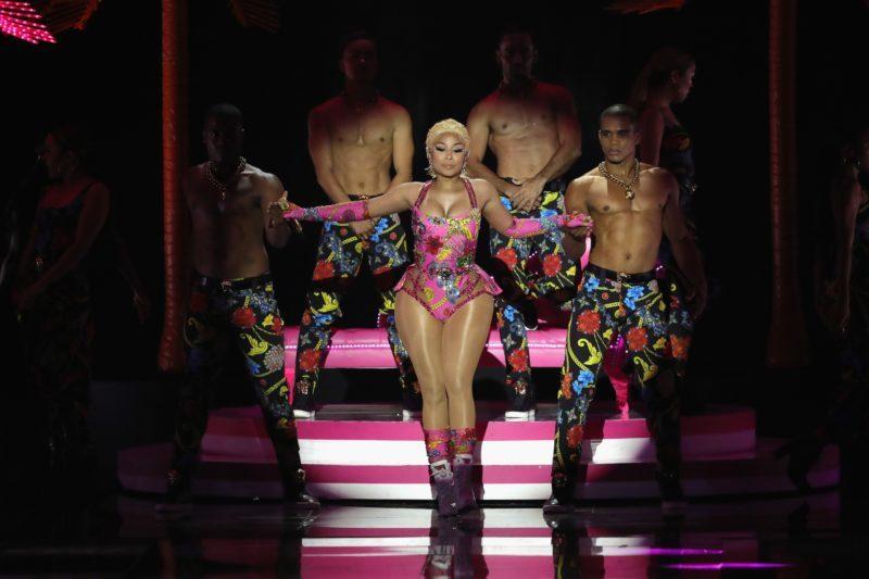 ca sy Nicki Minaj trag phuc Versace hinh anh
