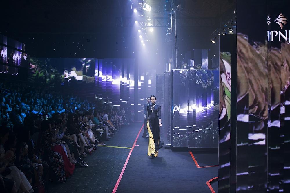 Thanh Hang va Hoang Yen fashion show lon nhat Vietnam hinh anh 1