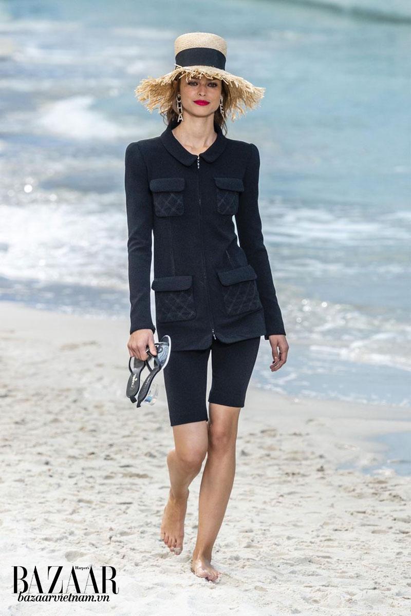 9 xu hướng thời trang xuân hè 2019 nổi bật: Nhà Chanel sử dụng cách phối quần biker shorts cùng chiếc áo khoác vải tweed trứ danh