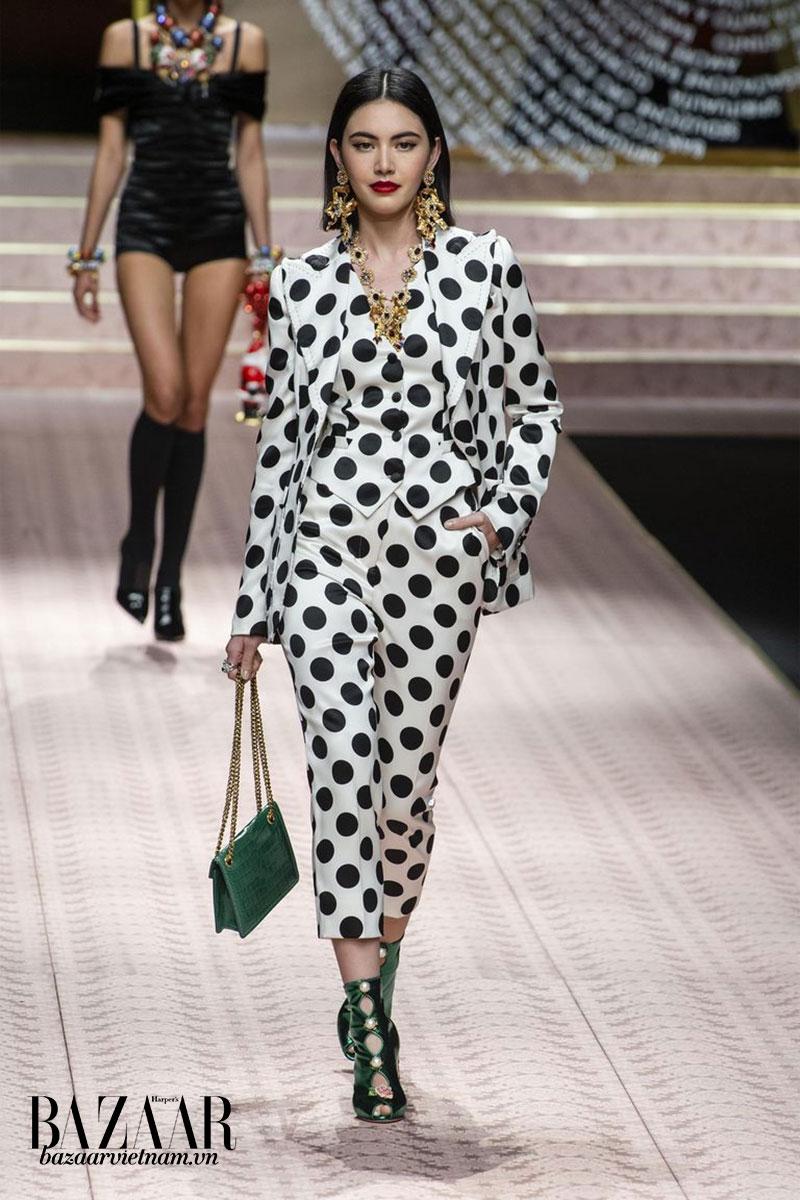 Một thiết kế trong BST Xuân Hè 2019 của thương hiệu Dolce&Gabbana với hoạ tiết chấm bi đen trắng