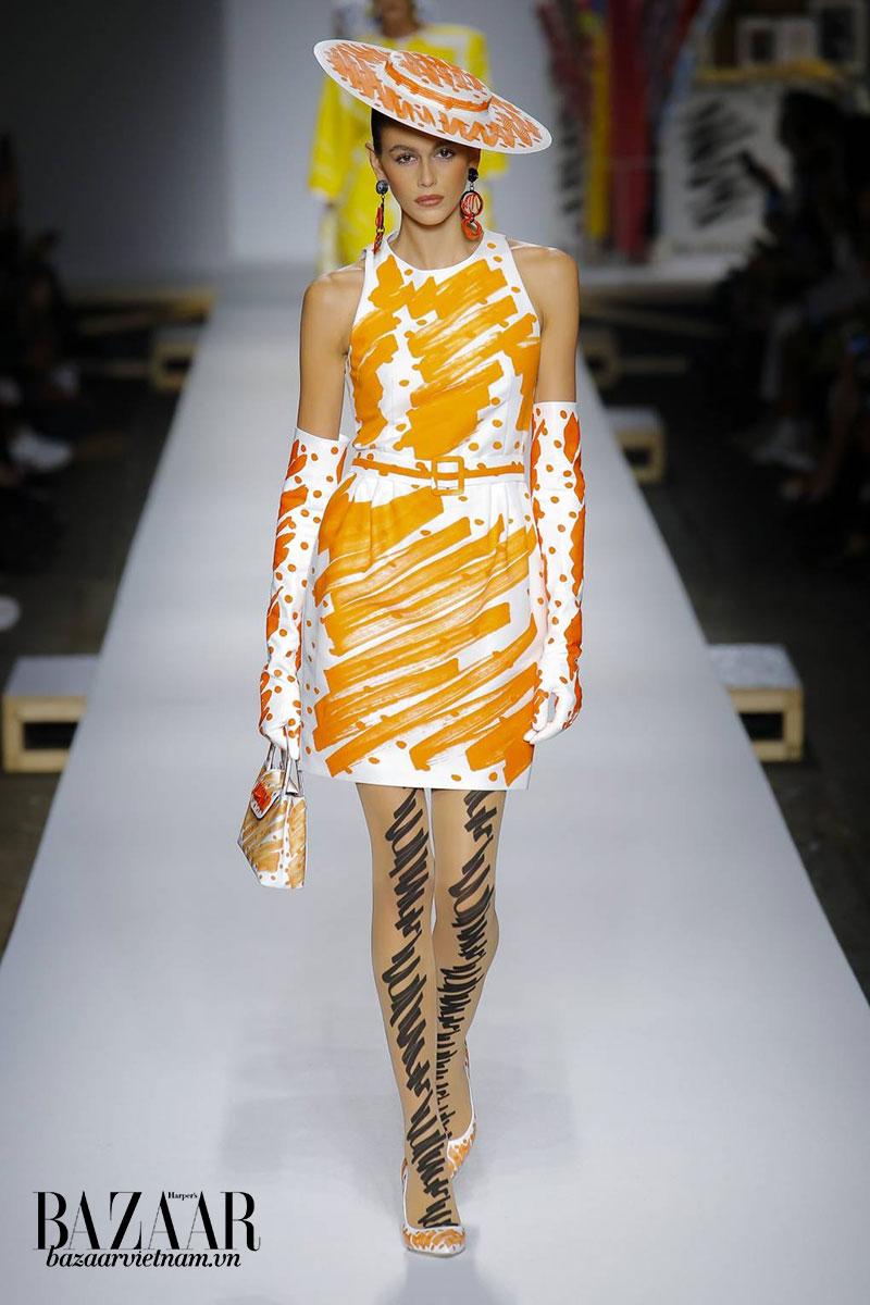 9 xu hướng thời trang 2019 đáng chú ý: Nón rộng vành với những vệt màu ngẫu hứng của nhà Moschino là tâm điểm của tuần lễ thời trang Milan Xuân Hè 2019