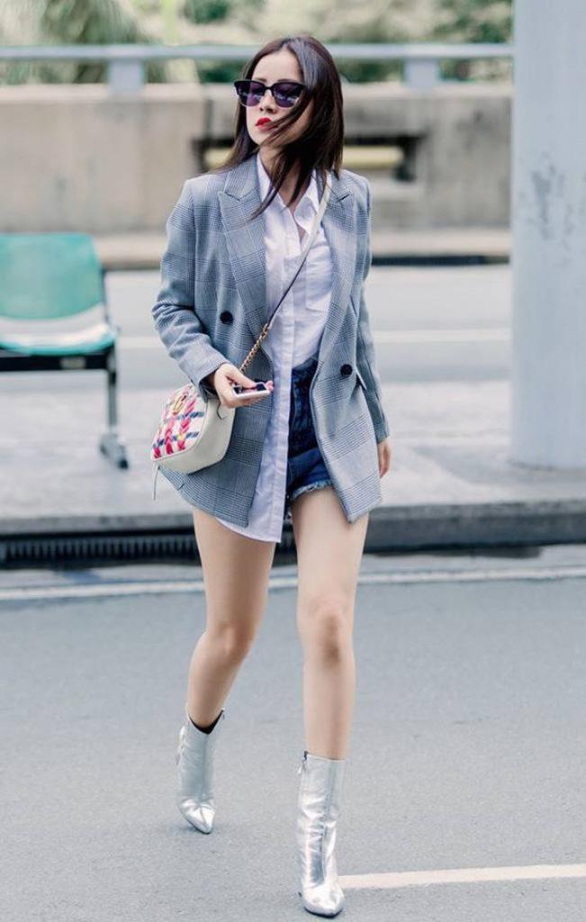 Bạn có thể phối blazer với sooc jeans, bên trong mặc một chiếc sơ mi trắng sơ vin nửa vạt rất tinh nghịch giống như Chipu.