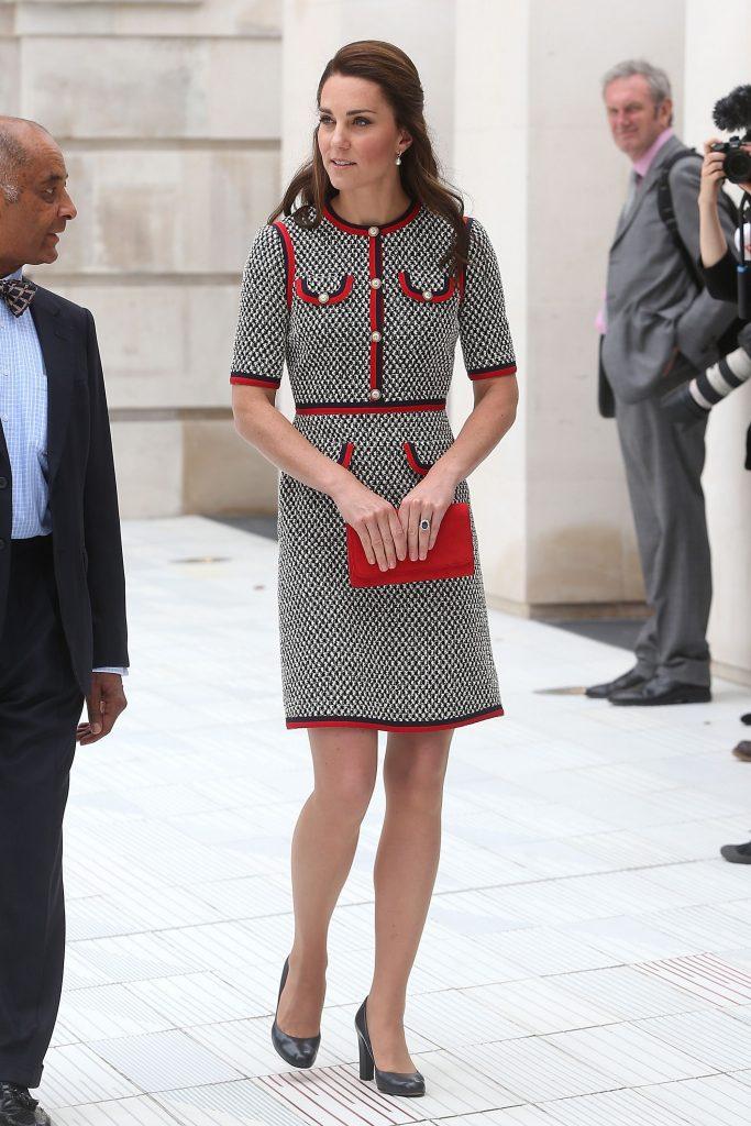 """Điểm đầu tiên trong phong cách ăn mặc của Kate đó là kín đáo. Vốn xuất thân từ 1 gia đình quý tộc Anh nên việc """"cẩn trọng"""" trong cách ăn mặc của công nương vẫn là điều dễ hiểu. Kate thực sự rất tài tình khi biến hóa trang phục của mình để phô diễn vẻ đẹp rạng ngời và duyên dáng của bản thân. Nếu như nhiều quan niệm cho rằng cách ăn mặc kiệm vải sẽ tô vẽ nên vẻ quyến rũ, thì Kate đã chứng minh được điều hoàn toàn ngược lại. Cô vẫn luôn cuốn hút và cực kì nổi bật mỗi lần xuất hiện."""