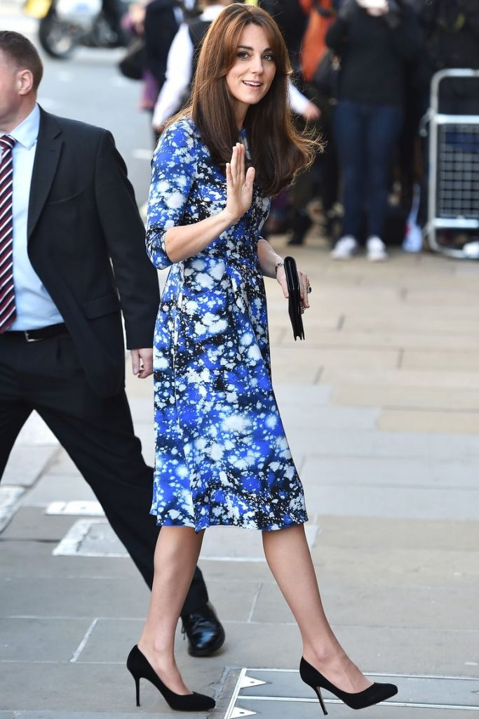 """Váy xếp ly Ngay cả khi sở hữu vóc dáng khá nhỏ nhắn nhưng Kate vẫn rất tự tin chọn lựa những chiếc váy xếp ly xòe cùng phần eo bó đặc trưng. Kiểu váy này là """"vũ khí"""" rất hiệu quả giúp cô tôn lên những đường cong quyến rũ và khoe trọn vòng 2 """"thắt đáy lưng ong"""" của mình. Hãy học tập Kate và thử làm bạn với váy xếp ly ngay nhé."""