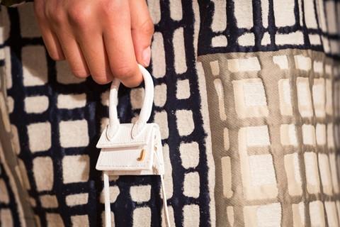 Mặc dù ra đời từ lâu, nhưng năm nay những kiểu túi vô cùng nhỏ mới trở lại sàn diễn một cách mạnh mẽ. Không chỉ được biến tấu trở thành món trang sức đắt giá, túi micro còn là phụ kiện tô điểm thêm cho túi xách hàng hiệu. Những phiên bản kích thước nhỏ xinh này thường không được sản xuất đại trà, nên khá đắt. Bạn sẽ chi gần chục triệu đồng cho một cái túi xách như thế này?