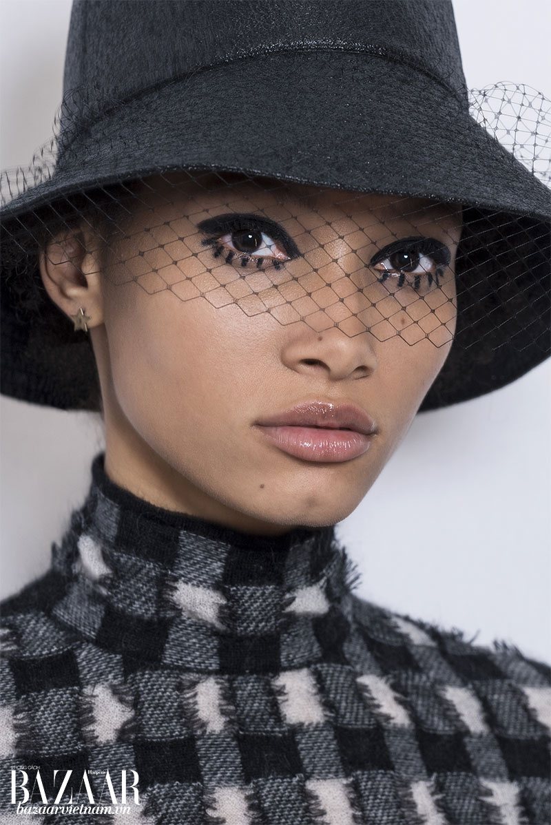 Người mẫu Lineisy Montero trình diễn show RTW Thu Đông 2019 với phong cách trang điểm mang hơi hướm graphic ấn tượng