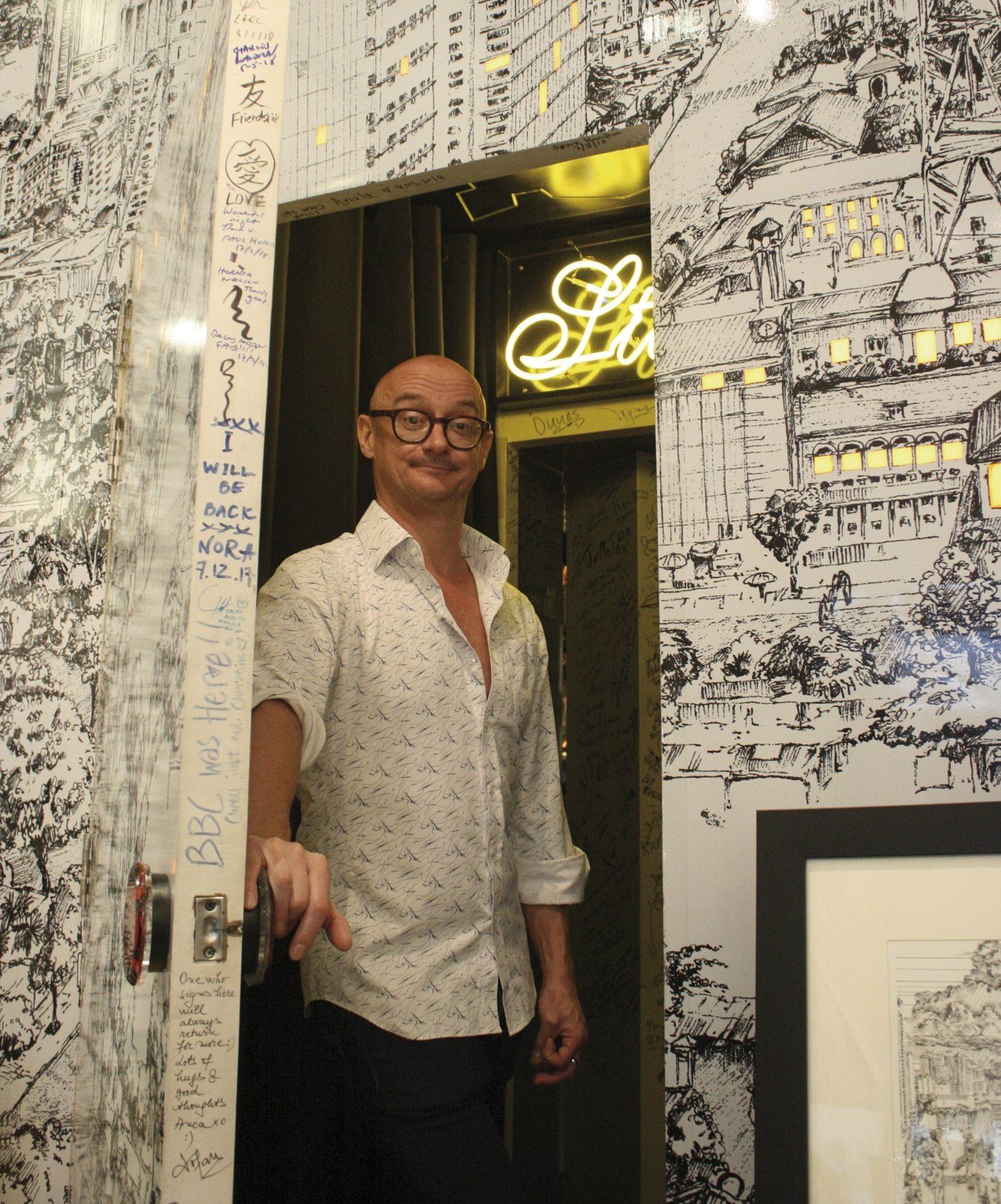 Richie Fawcett mở cửa quầy bar bí mật sau tường tranh phác họa Quận 1