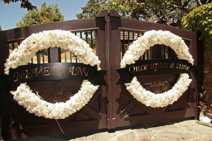 """Cổng chào của trang trại Neverland như mời chào khách đến thế giới của trẻ thơ, với hàng chữ """"Ngày xửa ngày xưa"""" được in thếp vàng"""