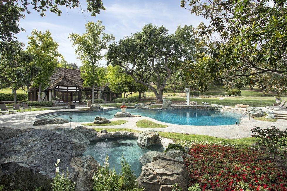 Nhà Michael Jackson: Trang trại Neverland có nhiều khu thư giãn, như hồ bơi, rạp chiếu phim, sân tennis...