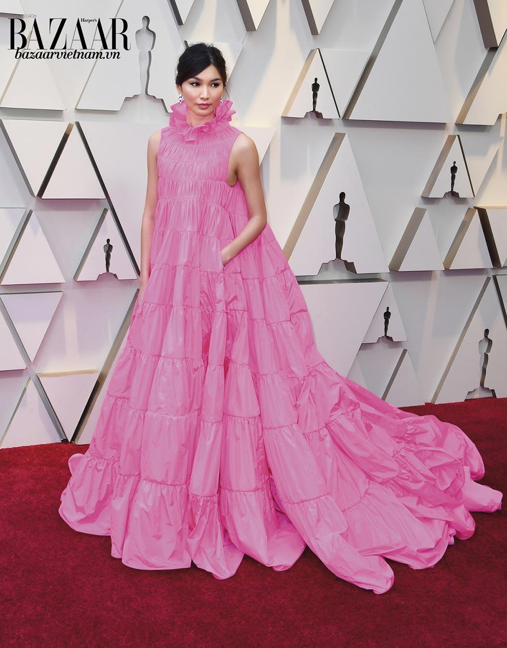 Gemma Chan lộng lẫy trong đầm dạ hội của Valentino. Màu hồng fuchsia và tùng váy xòe là điểm nhấn làm cô tươi như một đóa hoa.