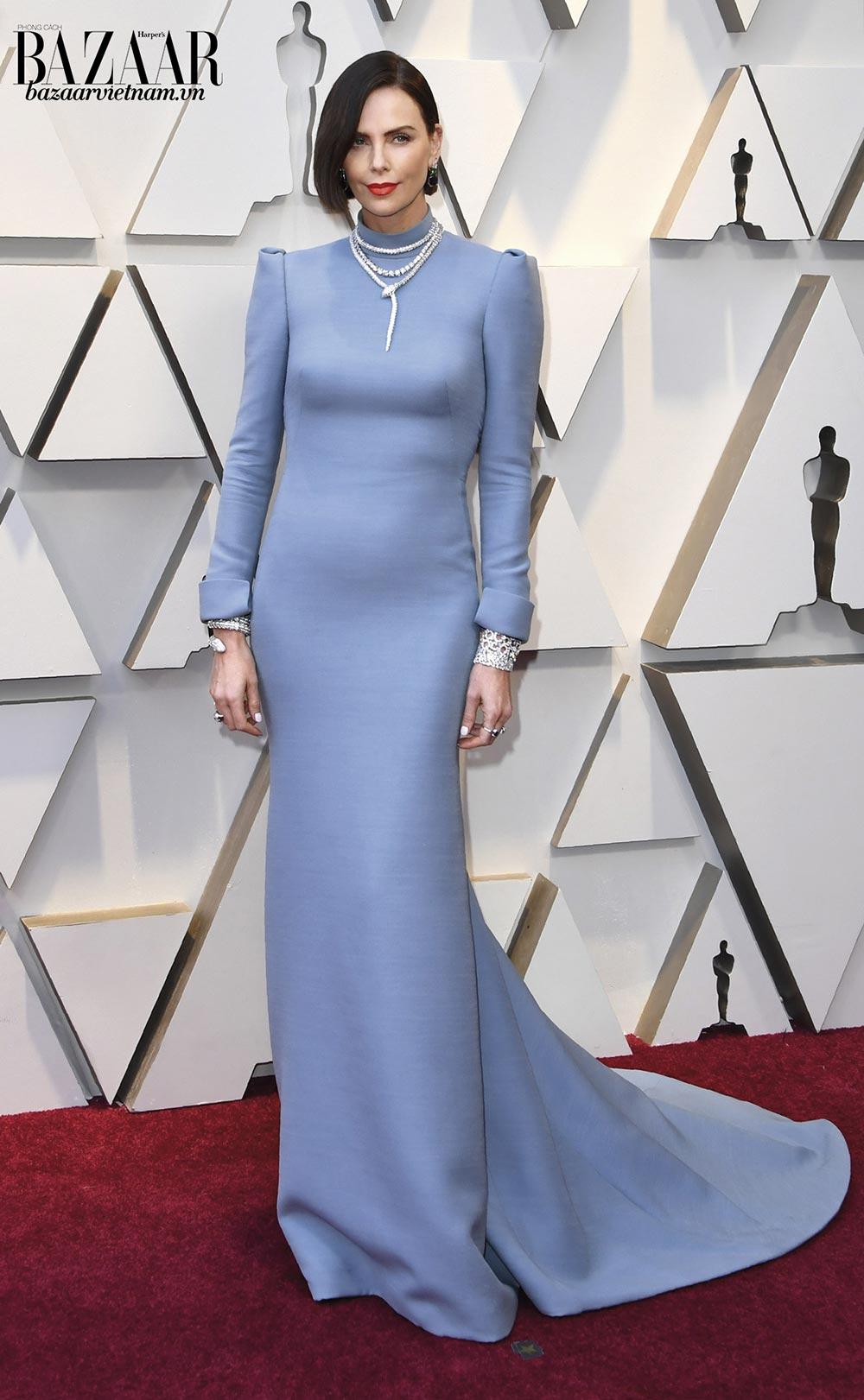 Nữ minh tinh Charlize Theron đẹp sắc sảo tại thảm đỏ Oscar 2019. Cô chọn đầm Haute Couture màu pastel của Dior phối cùng trang sức Bvlgari. Sự đơn giản của chiếc đầm làm tôn lên thiết kế xa hoa của trang sức.