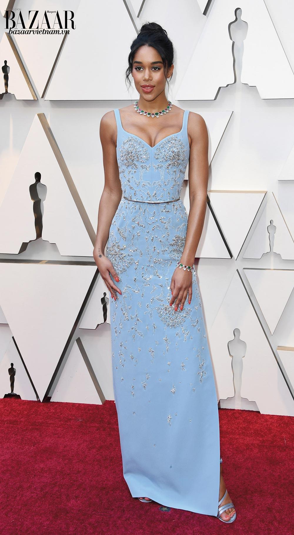 Gợi cảm một cách tinh tế là những mỹ từ dành cho nữ diễn viên người Mỹ, Laura Harrier, tại thảm đỏ Oscar đầu tiên của cô trong sự nghiệp. Laura mặc trang phục đặt may đo riêng của nhà mốt Louis Vuitton phối cùng trang sức đá màu của Bvlgari.