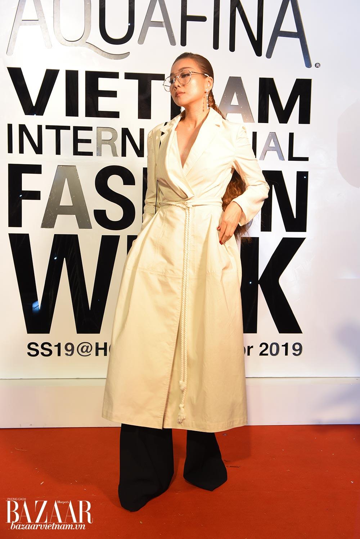 Thanh Hằng mặc phong cách menswear trên thảm đỏ AVIFW SS 2019