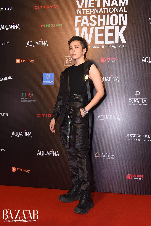 Gil Lê diện một thiết kế phong cách menswear trong BST Meuw Gene mới của Chung Thanh Phong