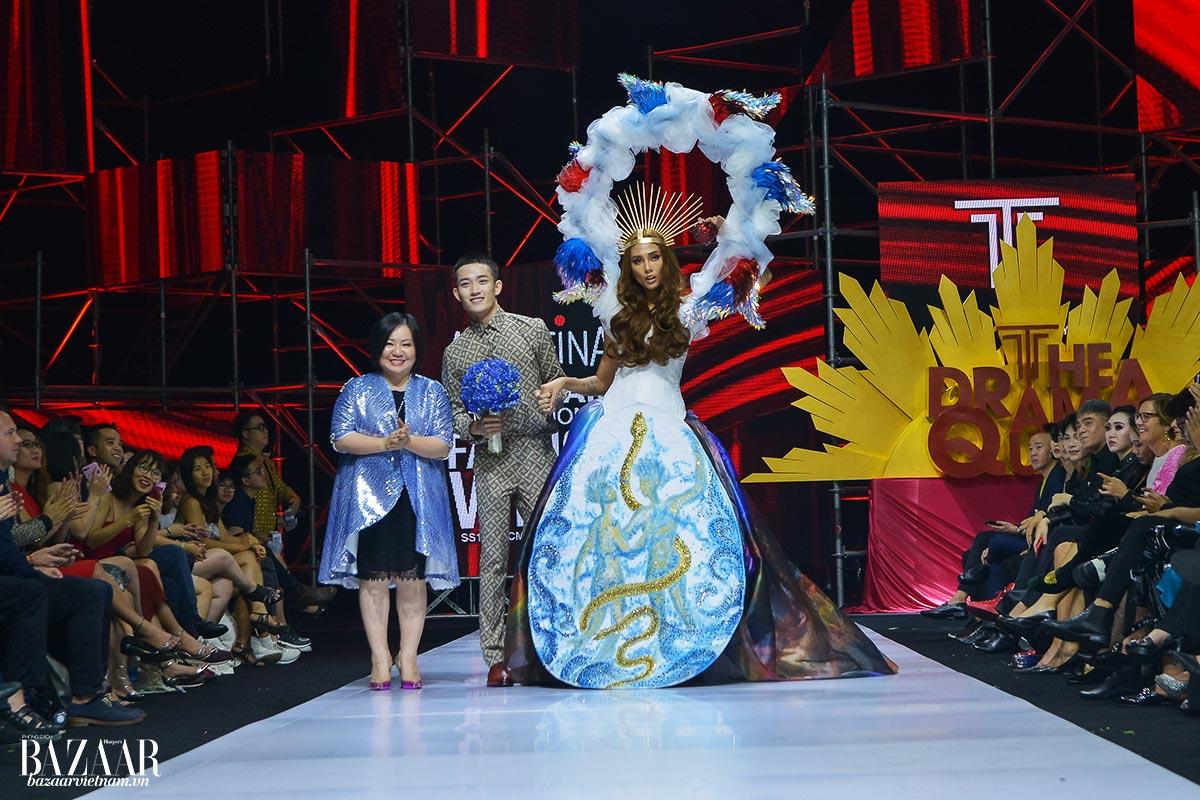 Nhà thiết kế Nguyễn Tiến Truyển cùng bà Trang Lê và vedette Võ Hoàng Yến trên sàn catwalk AVIFW SS 2019