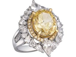Nhẫn Ever Grace làm từ chất liệu vàng trắng. Viên kim cương vàng trung tâm cắt khối tròn có trọng lượng 6,6 carat. Khung nhẫn được bao phủ bởi 45 viên kim cương tinh khiết nhất.