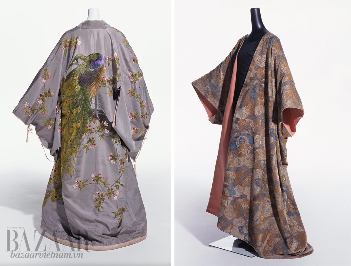 Lịch sử Kimono: Trái: Váy ngủ bằng lụa do Nhật sản xuất cho thị trường Âu Mỹ. Thương hiệu Takashimaya sản xuất khoảng 1906. Phải: Váy mặc ngủ nhung mô phỏng kiểu dáng kimono. Thiết kế của nhà mốt Tây Ban Nha Mario Fortuny, khoảng 1910.