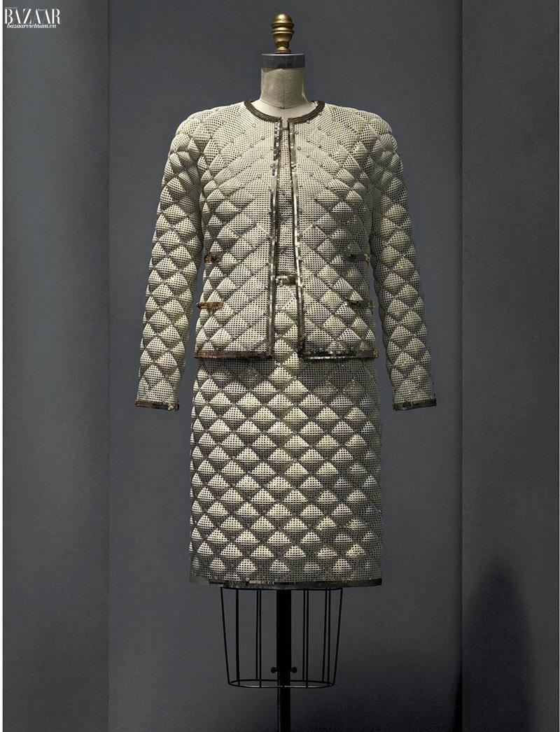 Công nghệ in 3D. Một bộ suit của Chanel được dệt nên bằng kỹ thuật in 3D