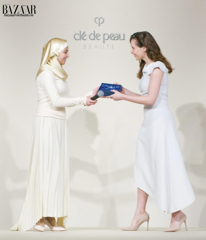 Thương hiệu Cle de Peau Beaute ra mắt chương trình Tỏa sáng sức mạnh tri thức với giải thưởng đầu tiên dành cho Muzoon Almellehan (trái).